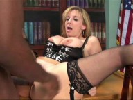 Vidéo porno mobile : Mature secretary with big boobs is taken on the desk